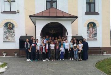 Tineri clujeni și bistrițeni au discutat la Maieru despre siguranța pe internet și importanța lecturii
