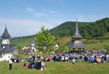 Mii de credincioși s-au rugat alături de ÎPS Andrei, la hramul Mănăstirii de la Nușeni
