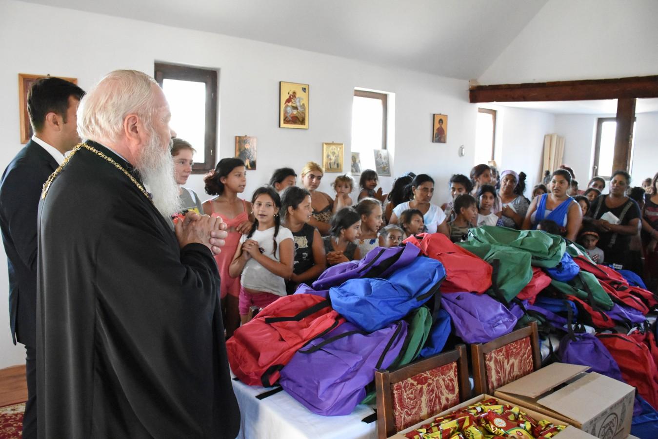 275 de ghiozdane cu rechizite pentru copiii rromi de la Pata Rât, dăruite de Mitropolitul Andrei
