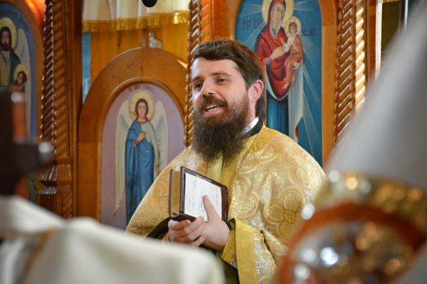 """Arhim. Benedict Vesa, la hramul Bisericii din Buduș: """"Să trăim fiecare zi intens, pentru că fiecare zi este darul lui Dumnezeu"""""""