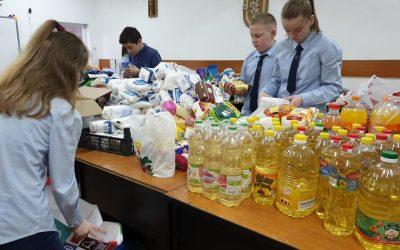 Peste trei tone de alimente şi alte bunuri, donate de elevii unei şcoli bistrițene copiilor nevoiaşi