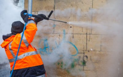 Pereţii clădirilor din Cluj, curățați de inscripţiile grafitti cu o instalaţie mobilă ecologică
