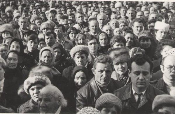 Credincioși asistând la hirotonia IPS Andrei întru arhiereu - 25 februarie 1990