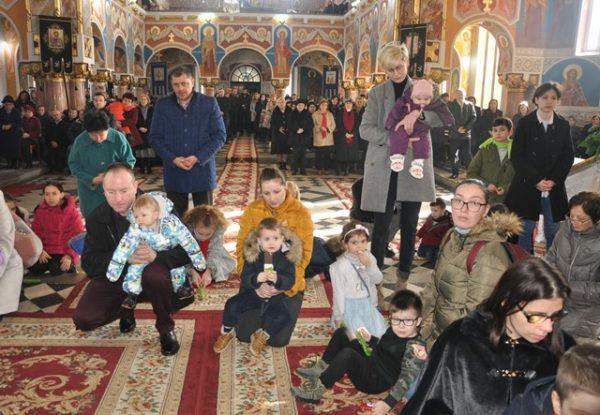 """Liturghie arhierească în biserica """"Adormirea Maicii Domnului"""" din Zalău"""