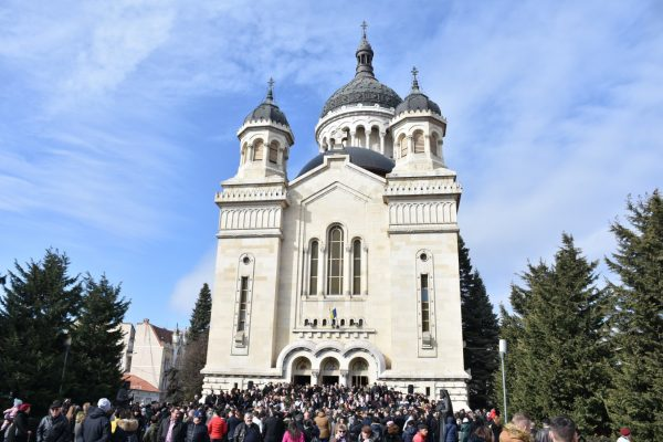 Noul episcop-vicar al Arhiepiscopiei Clujului, hirotonit în prezența a mii de credincioși