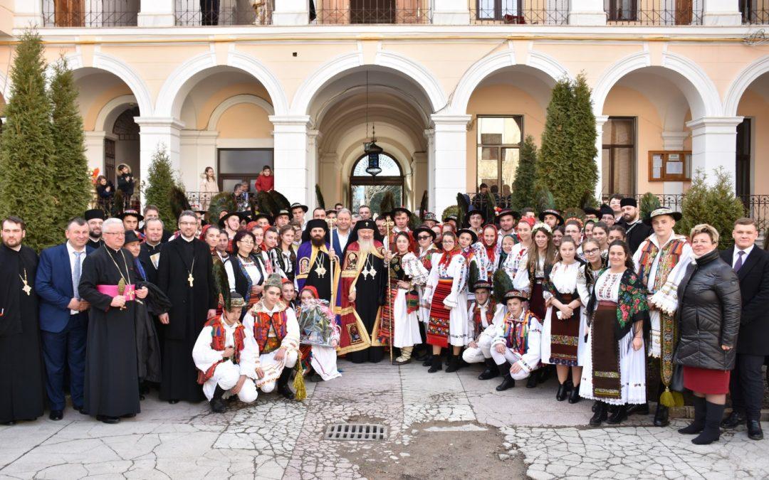 Tineri bistrițeni în straie tradiționale, prezenți la hirotonia episcopului-vicar Benedict Bistrițeanul