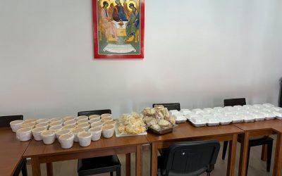 """Parohia clujeană """"Sf.Treime"""" asigură zilnic hrană caldă pentru 60 de vârstnci și bolnavi"""