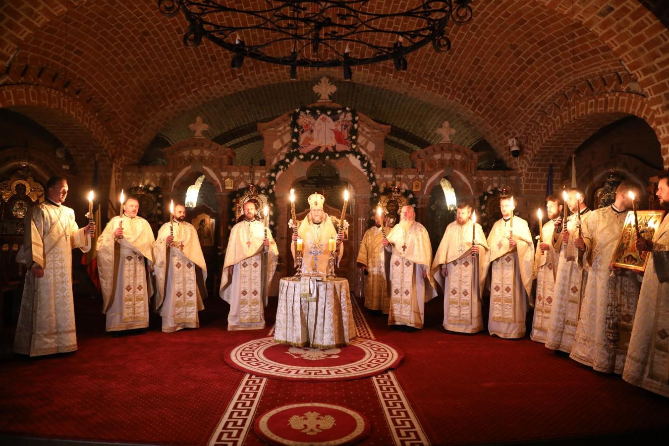 """Noaptea de Înviere la Catedrala """"Sfânta Treime"""" din Baia Mare"""