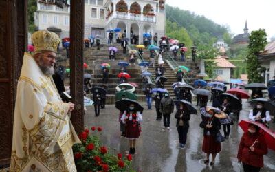 """PS Iustin: """"Să fim creştini ai luminii, să iubim Biserica şi oamenii buni ai neamului românesc"""""""