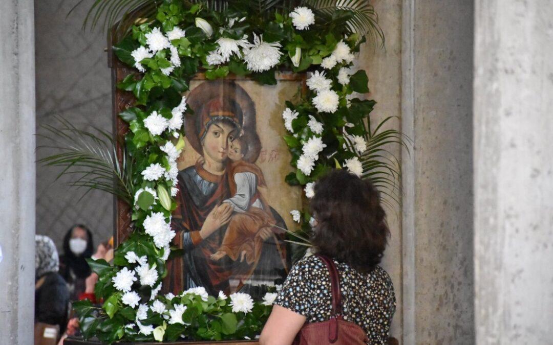 """Icoana """"Maica milelor"""", sora celei de la Nicula, dusă spre închinare în parohia clujeană """"Sfinții Apostoli Petru și Pavel"""""""