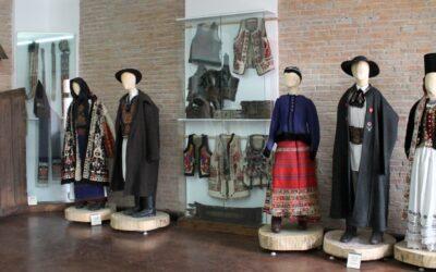 Voluntari din mai multe ţări vor învăţa, la Bistrița, tehnici de conservare a cojoacelor tradiționale