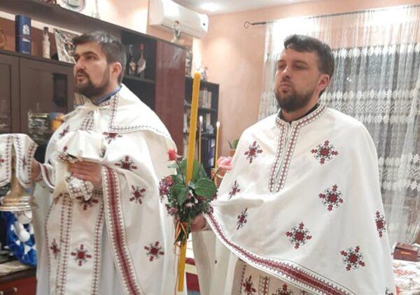 Părintele Maxim, alături de protopopul de Lazio 3, preotul Nicolae Strugaru, oficiind Sfânta Liturghie pascală.