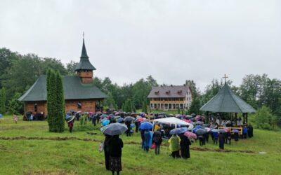 Episcopul-vicar Benedict Bistrițeanul a resfințit biserica Mănăstirii Telcișor-Buscatu