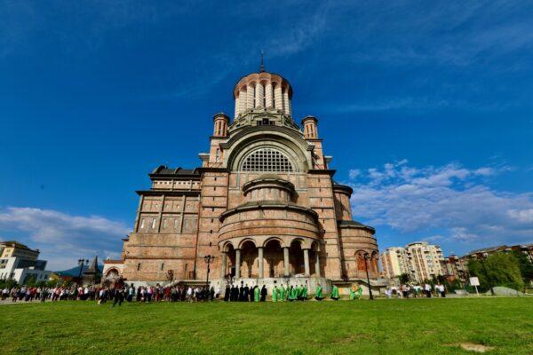 """Hramul Catedralei Episcopale """"Sfânta Treime"""" din Baia Mare   Dezvelirea statuii arhiepiscopului Justinian"""