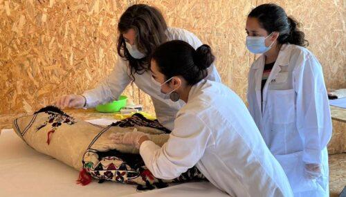 Studenți din şapte ţări învată la Bistrița cum se restaurează cojoacele tradiționale din piele