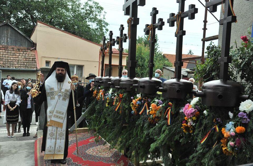 PS Benedict Bistrițeanul a sfințit crucile care vor fi așezate pe cupola și turlele bisericii din cartierul clujean Dâmbul Rotund