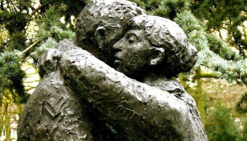Fără iubire nu există iertare, există compromisuri