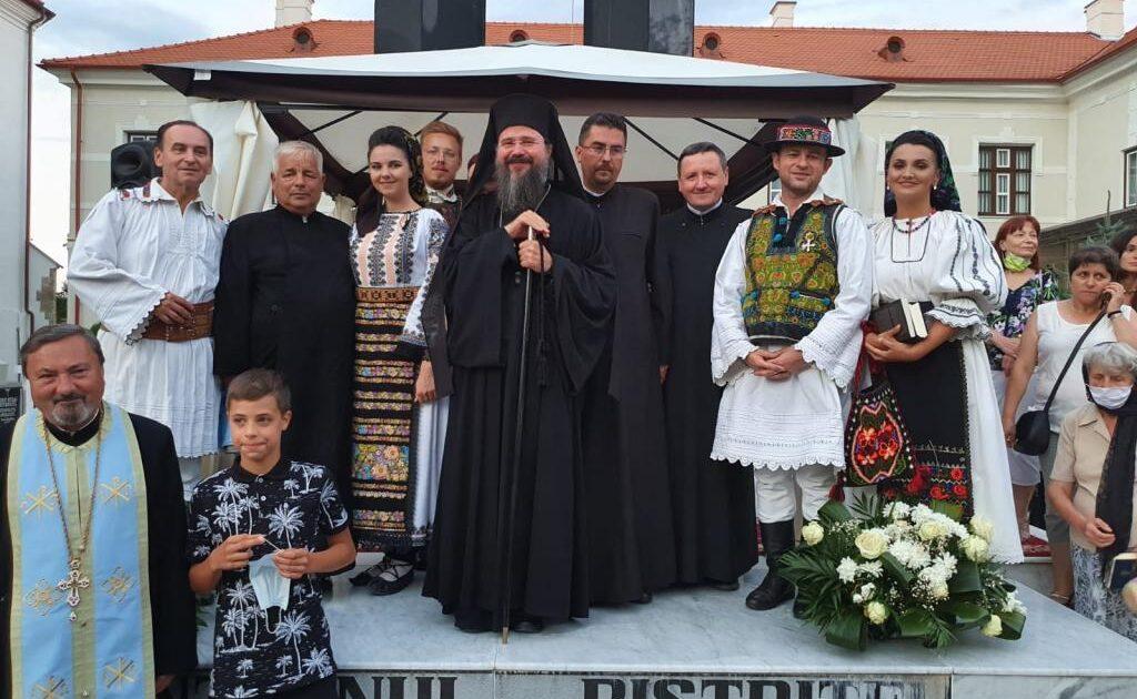 Episcopul Macarie i-a binecuvântat pe bistriţeni la Concertul de pricesne organizat de Răsunetul. Credincioşii şi artiştii s-au rugat Maicii Domnului, la Biserica Coroana