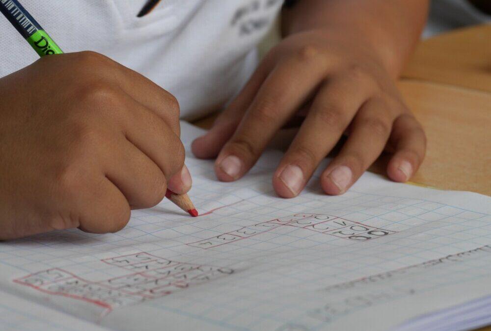 Copii din zona Gherlei, ajutați de Biserică să meargă la școală
