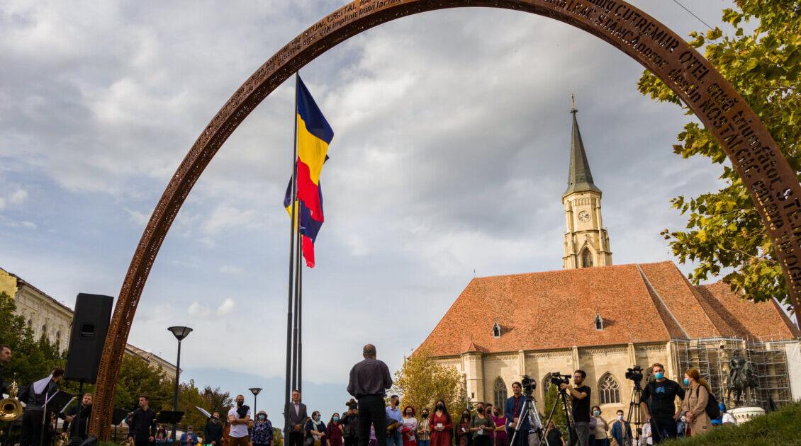 """""""Arcul limbii române"""", lucrare a artistului Liviu Mocan, expus la Cluj-Napoca"""