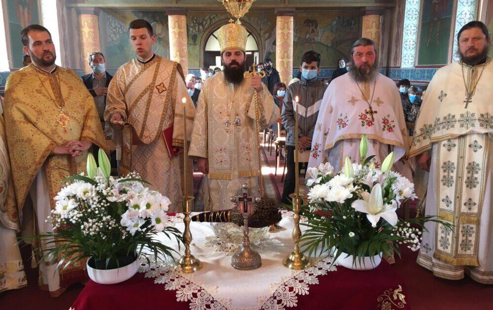 Noul clopot al bisericii de lemn din Sântejude, sfințit de Episcopul-vicar Benedict Bistriteanul
