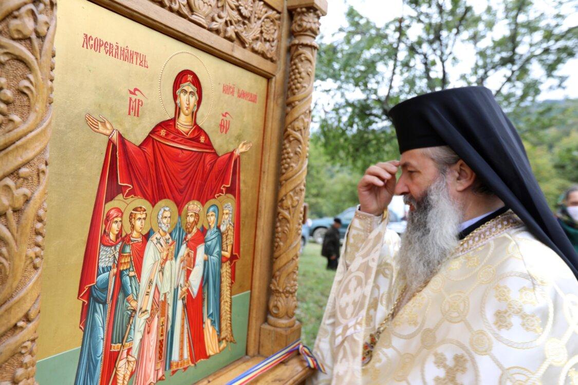 """PS Iustin: """"În fața icoanei Maicii Domnului se fac cele mai puternice rugăciuni"""""""