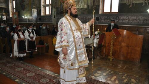 Liturghie arhierească și binecuvântare de casă parohială, în parohia Criștelec