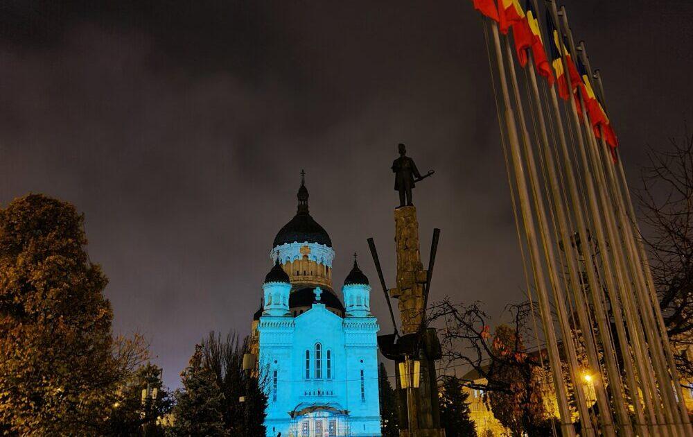 Catedrala din Cluj-Napoca, iluminată în culoarea conștientizării cancerului de col uterin