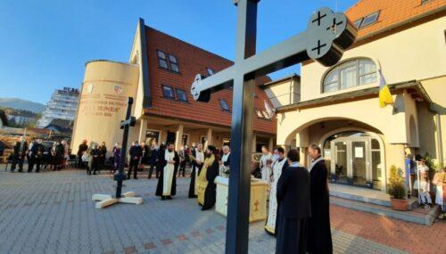 PS Benedict Bistrițeanul a sfințit crucile care vor fi așezate pe turlele noii biserici din Sîngeorz-Băi