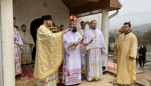 Episcopul-vicar Benedict Bistrițeanul a binecuvântat lucrările efectuate la biserica și casa parohială din Cornești