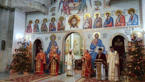 """Liturghia Sf. Vasile cel Mare, în Ajun de Crăciun, la Parohia """"Sfinții Apostoli Petru și Pavel"""" din cartierul clujean Mănăștur"""