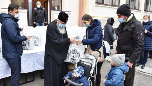 600 de pachete de Crăciun pentru cei nevoiași, oferite de Părintele Mitropolit Andrei