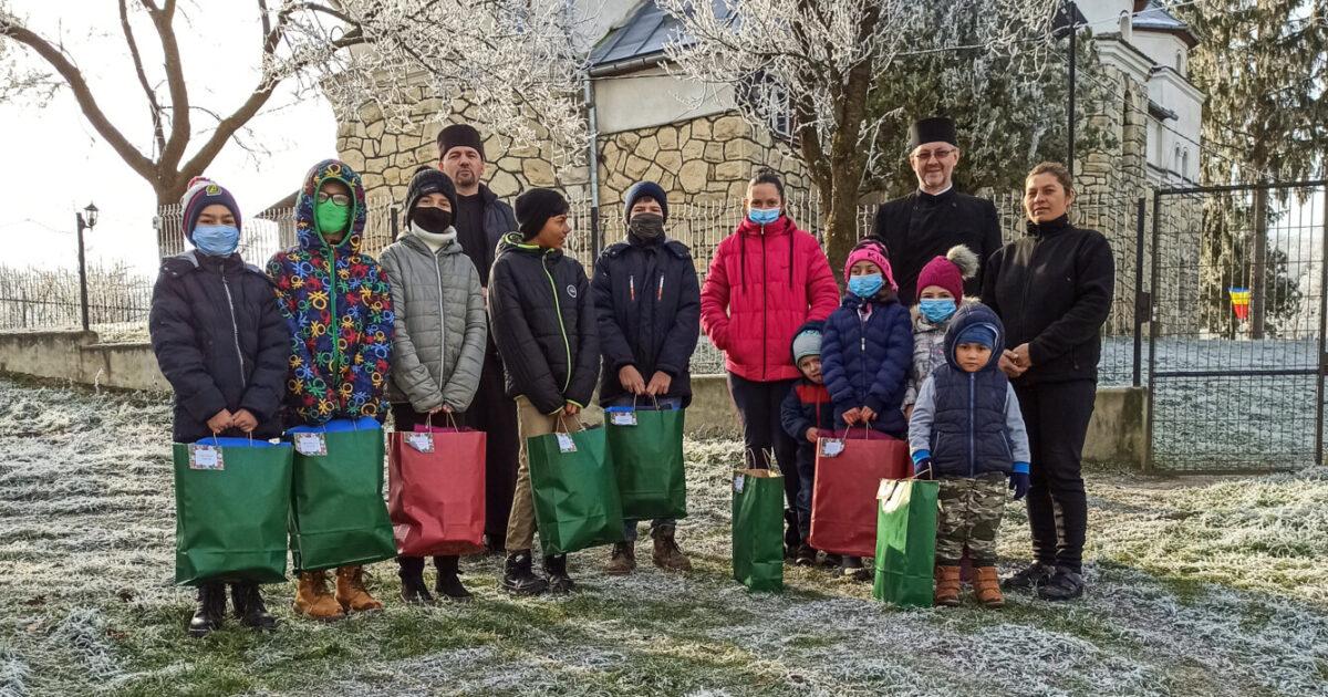 Pachete cu haine și dulciuri pentru 27 de copii, din partea Protopopiatului Cluj 1