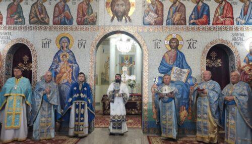 Episcopul-vicar Benedict, în mijlocul mănășturenilor, la sărbătoarea Bobotezei