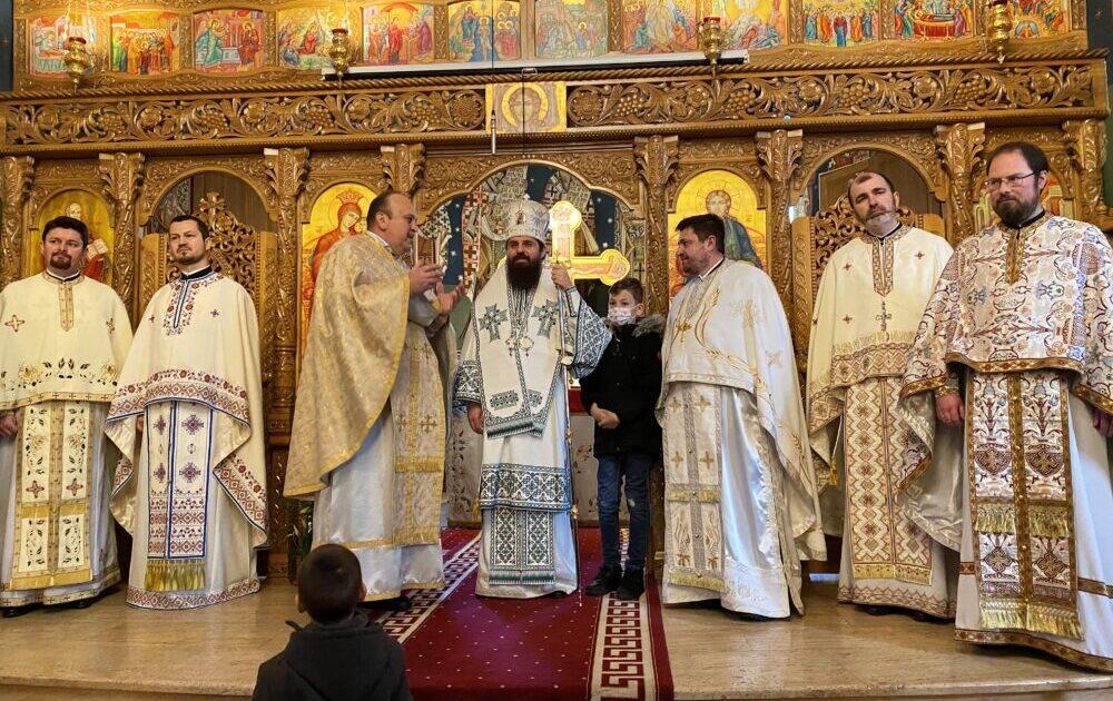 """Liturghie arhierească în Parohia """"Pogorârea Sfântului Duh"""" din cartierul clujean Grigorescu."""