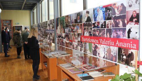 """Expoziția """"Bartolomeu Valeriu Anania, la 100 de ani de la naștere"""", vernisată la Bistrița"""