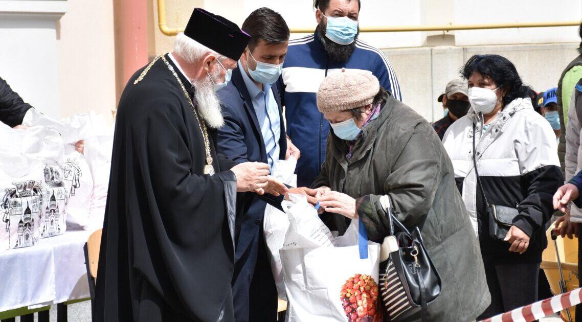 În Săptămâna Patimilor, ÎPS Andrei a oferit pachete cu alimente pentru familiile nevoiașe