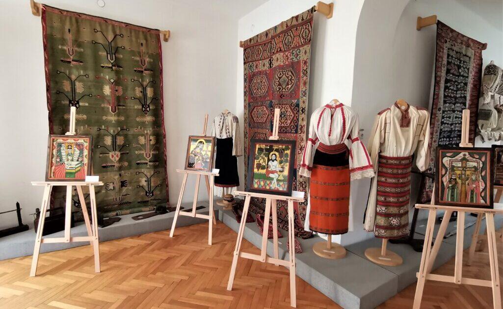 """Zeci de icoane pe sticlă,  expuse la Muzeul Memorial """"Octavian Goga"""" din Ciucea"""