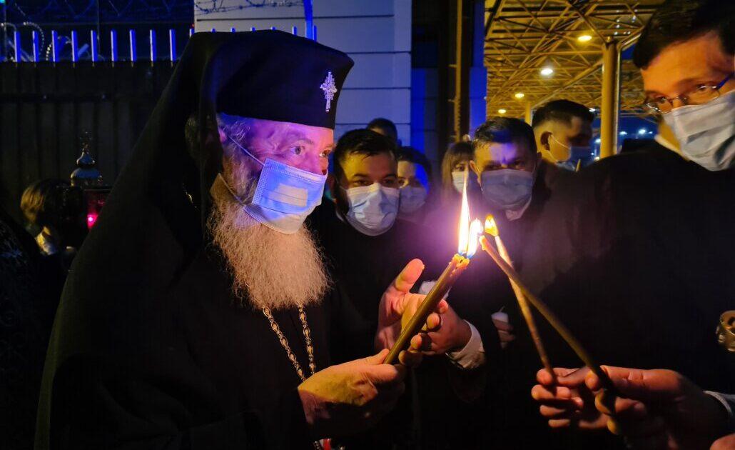 Sfânta Lumină a ajuns la Cluj-Napoca | ÎPS Andrei a oferit-o delegațiilor din Eparhie