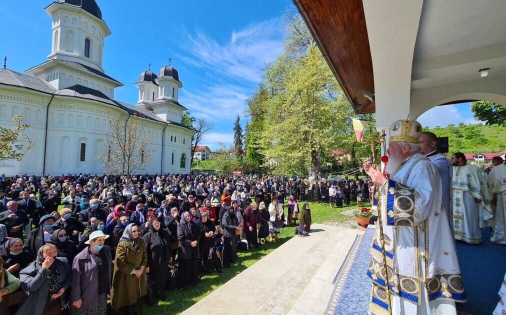 Sf. Împărați Constantin și Elena – Hramul istoric al Mănăstirii Dobric | ÎPS Andrei a sfințit sala de conferințe și biblioteca mănăstirii