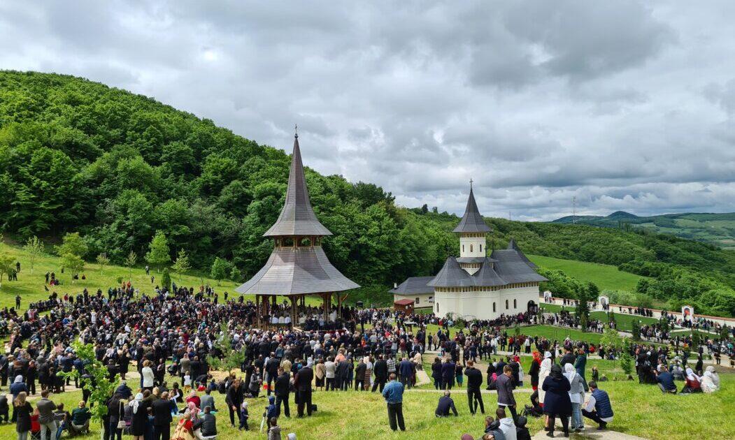 Biserica Mănăstirii Nușeni, târnosită de Mitropolitul Andrei | Starețul Paisie Iloaie, ridicat la rangul de arhimandrit