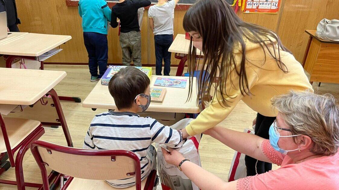 Elevii seminariști clujeni au oferit daruri colegilor de la Liceul Special pentru Deficienți de Vedere