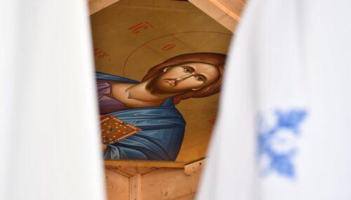 Suntem așa ocupați uneori că nici ușa nu avem timp să Îi deschidem Lui Hristos, Îi vorbim de la fereastră
