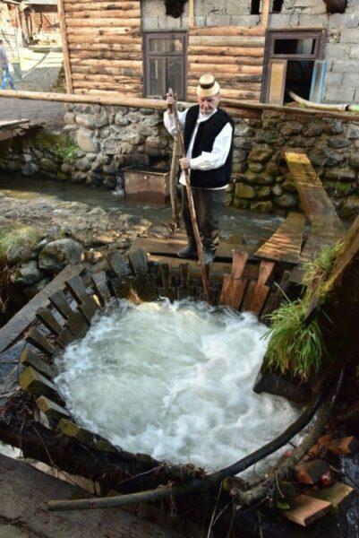 """""""Fântâna, sursă de apă și simbol sacru"""", tematica din acest an a concursului F-DE"""