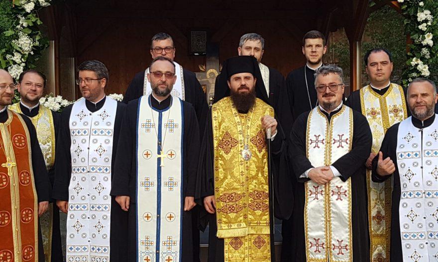 Altarul de vară al Parohiei Vălișoara, sfințit de Episcopul-vicar Benedict Bistrițeanul