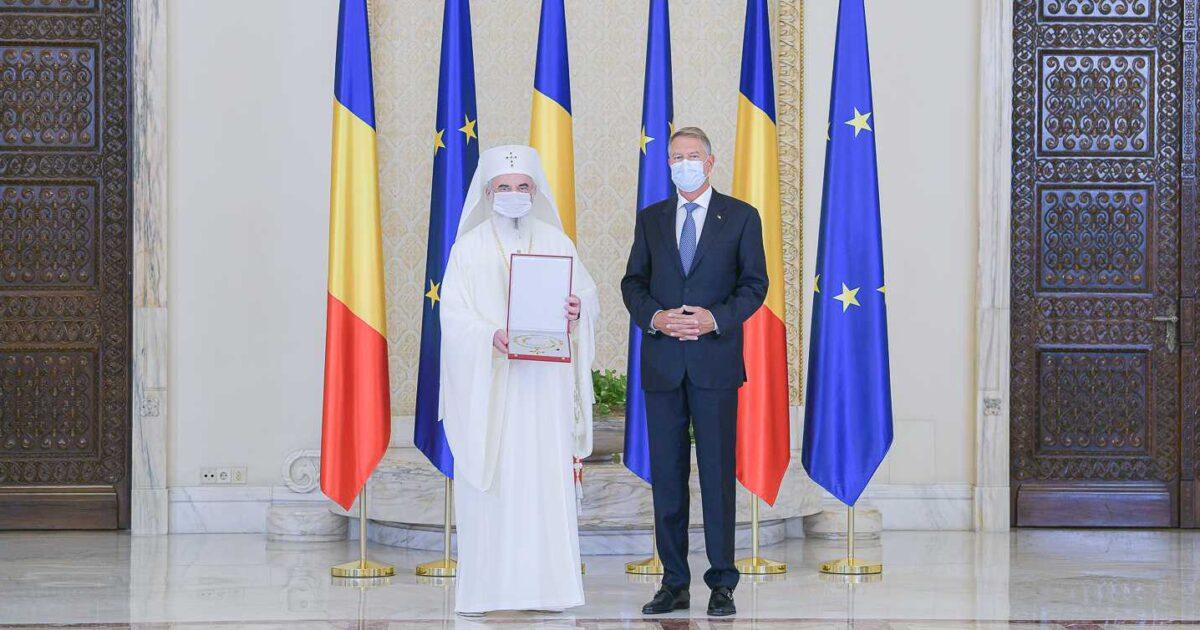 Preşedintele Klaus Iohannis a oferit Patriarhului Daniel cea mai înaltă decoraţie a statului român