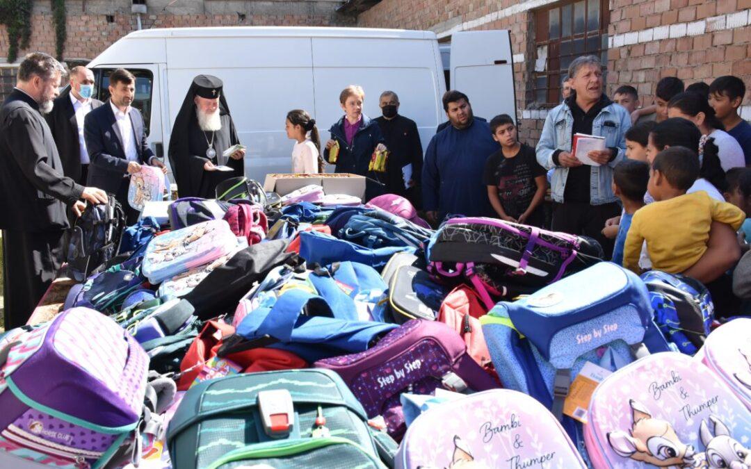 400 de ghiozdane cu rechizite pentru copiii rromi din Parohia Turda-Fabrici