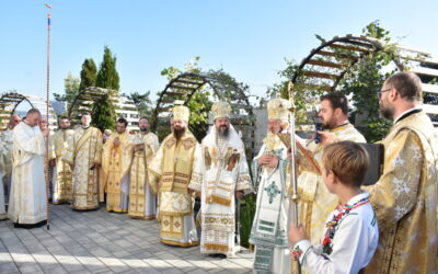 """Biserica """"Adormirea Maicii Domnului"""" din Cluj-Napoca, resfințită de trei ierarhi, după 60 de ani de la târnosire"""