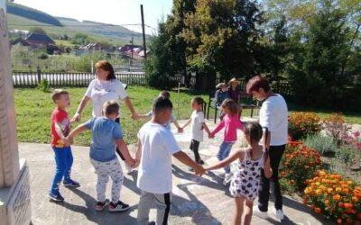 Vacanța de vară, încheiată cu jocuri, cântece și dulciuri, de copiii din parohia Vermeș